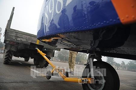 Máy bay được lai dắt vào khu vực kỹ thuật.