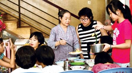 Sư nữ Kim Liên quây quần bên các con. Ảnh: Hồng Thái