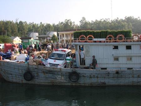 Chiếc xe cấp cứu đầu tiên ra phục vụ nhân dân đảo Lý Sơn bằng tàu gỗ