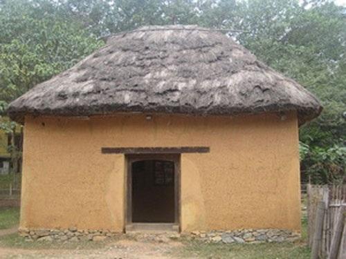 Nhà trình tường làm bằng đất của người Mông