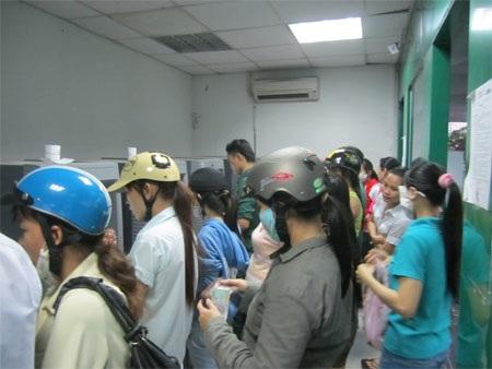 Hàng chục người chen chúc nhau chờ rút tiền
