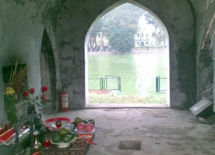 Bàn thờ bên trong tháp Rùa (Hồ Gươm).
