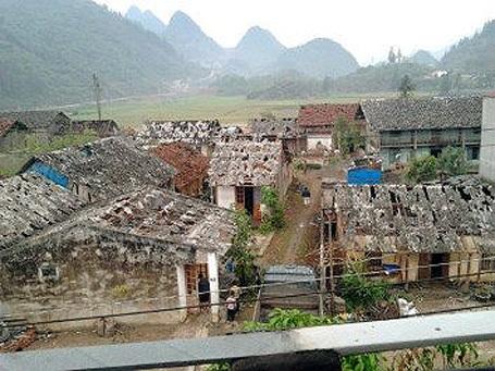 Mái nhà proximăng của nhiều công trình bị mưa đá bắn thủng lỗ chỗ