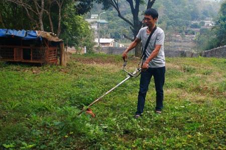 Triệu Văn Ba cắt cỏ, tự tin hỗ trợ người nghiện cắt cơn ở Hòa Bình.