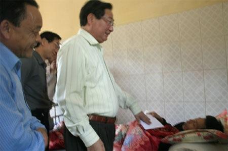 Ông Giàng Seo Phử thăm hỏi người bị thương do mưa đá đang điều trị tại bệnh viện