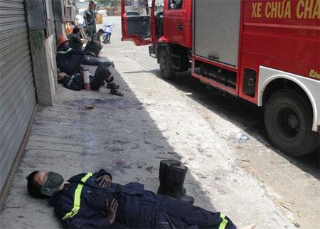 Các chiến sĩ cứu hỏa quá mệt mỏi sau 16 giờ chiến đấu với giặc lửa (Ảnh: Vũ Lê)