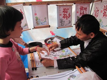 Ông Văn Thành viết thư pháp bằng bút sáp màu trẻ con