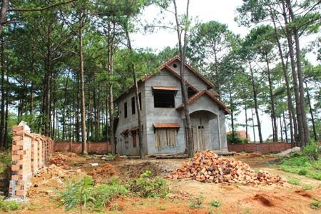 Những căn biệt thử bỏ hoang suốt 6 năm nay ở Măng Đen