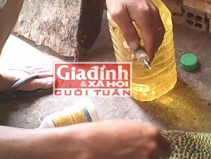 Hóa chất xuất xứ từ Trung Quốc được pha trộn để tiên vào quả mít (Ảnh: Kha Sinh)