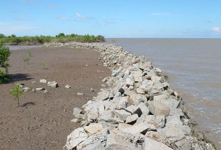 Bờ kè đê chắn sóng tại cửa biển Hương Mai
