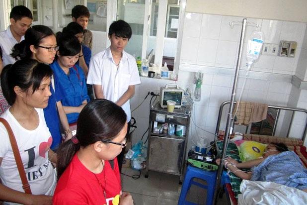 Nhiều người đến thăm, giúp đỡ sản phụ Ngân sau hiệu ứng của mạng Internet.