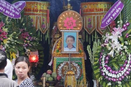 2 bé trai chết đuối trong hố công trình: Ai chịu trách nhiệm?