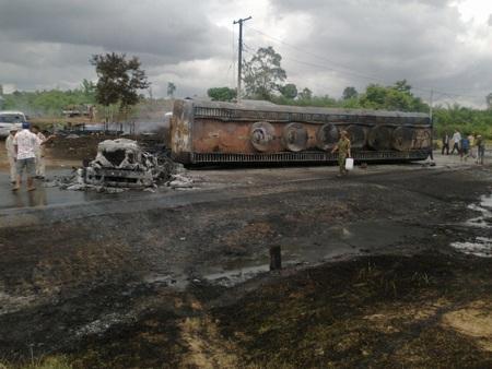 Lửa gặp xăng bốc cháy dữ dội, thiêu rụi cả 4 ngôi nhà gần đường