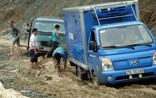 Một điểm sạt lở từ huyện Mường Tè ra thị xã Lai Châu khiến ô tô sa lầy.