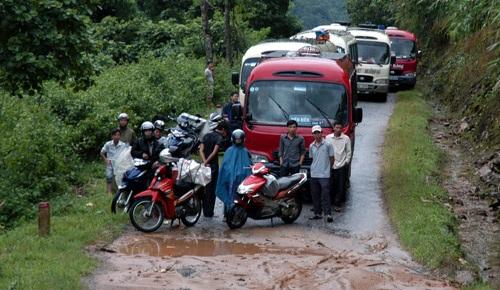 Đoàn xe nối đuôi nhau dài cả cây số chờ thông xe trong nhiều giờ đồng hồ.