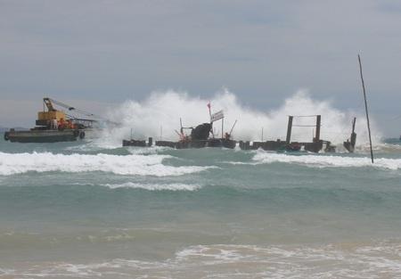Những đợt sóng lớn bất thường cản trở việc khai quật