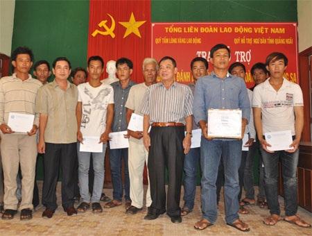 Đại diện Quỹ Hỗ trợ ngư dân tỉnh Quảng Ngãi hỗ trợ 2 tàu cá vừa bị đánh, cướp ở Hoàng Sa
