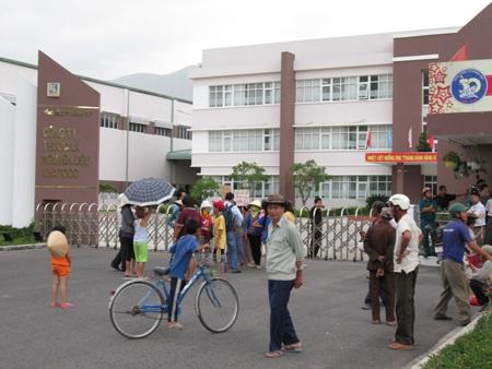 Rất đông người dân tụ tập trước cổng nhà máy phản đối tình trạng ô nhiễm