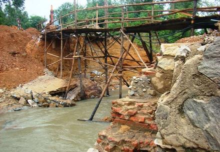 Đập Phân Lân bị vỡ khiến hàng tỷ đồng trôi theo dòng nước (Ảnh: Lao động)