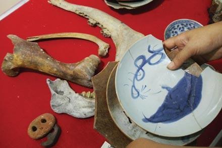 Những món cổ vật và xương được trục vớt năm 1999.