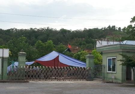 Cổng nhà máy bị dân dựng lều, vô hiệu hóa.