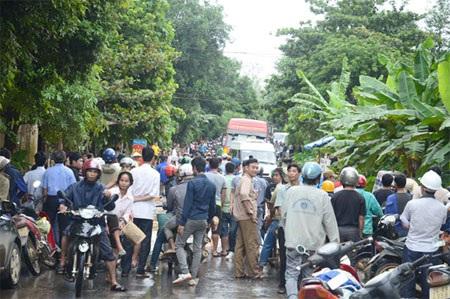 Hàng trăm phương tiện ùn ứ do mưa lũ gây tắc đường