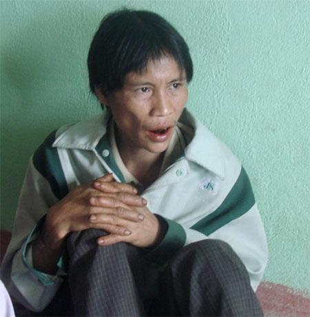 Người con Hồ Văn Loan nhìn đã tươm tất hơn trong bộ quần áo của người anh họ