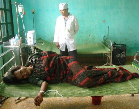 Các bác sĩ theo dõi sức khỏe cho người cha. Tay của ông bị buộc vào giường để ngăn ông bỏ trốn
