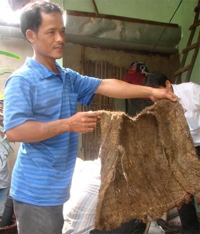Chiếc áo tự dệt bằng vỏ cây