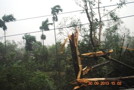 Cơn bão mạnh hiếm thấy đang càn quét Quảng Bình