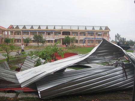 Cả ngôi trường tiểu học mới xây bị tốc sạch mái (Hình ảnh ghi tại xã Mỹ Bình)