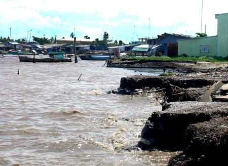 Nhiều điểm chợ và khu dân cư ở ven sông có nguy cơ sạt lở cao
