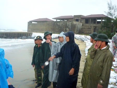 Lãnh đạo tỉnh trực tiếp ra đoạn bờ kè bị sạt lở do cơn bão số 10 tàn phá.