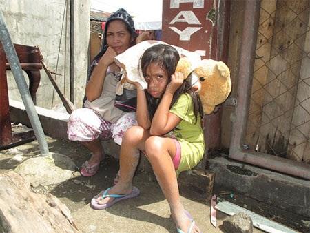 Bão Haiyan tàn phá nhiều khu vực tại Philippines khiến nhiều người lâm vào cảnh sợ hãi, đói khát.