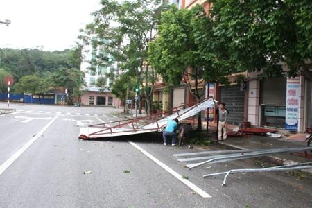 Sáng nay người dân Hải Phòng đã khẩn trương khắc phục những sự cố sau bão (Ảnh: Thu Hằng)