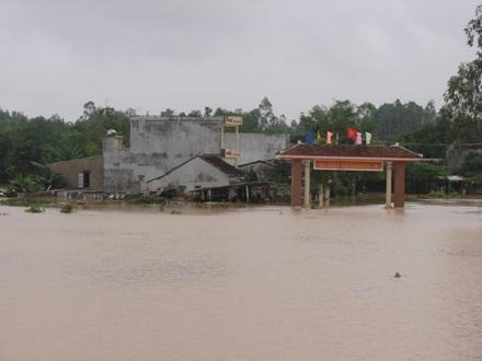 Cổng vào thôn Tịnh Ấn Đông (Sơn Tịnh) ngập chìm trong biển nước