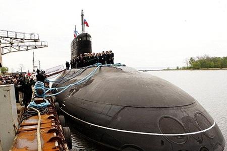 Tàu ngầm Hà Nội tại Nhà máy Nhà máy đóng tàu Admiralty Verfi trước khi về Việt Nam - Ảnh: TTXVN