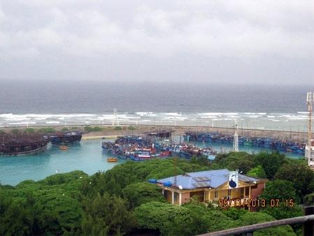 Tàu cá tránh áp thấp tại âu tàu đảo Song Tử Tây, ngày 5/11 .
