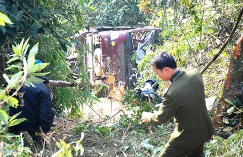 Chiếc xe khách bị rơi xuống vực ở độ sâu 60m. Ảnh: Báo Điện Biên Phủ