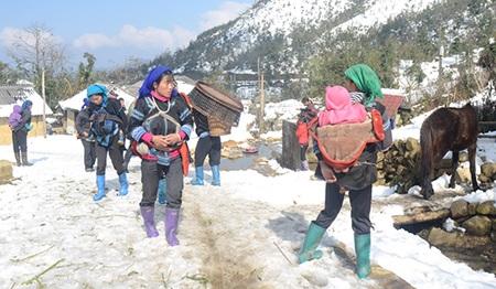 Phụ nữ Hà Nhì trang bị cho mình đôi ủng để đỡ bị thấm nước trong những ngày tuyết