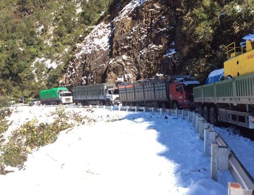 Đoàn xe trọng tải lớn đang mắc kẹt trong băng tuyết.