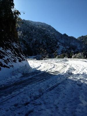 Đến thời điểm này, băng tuyết vẫn phủ kín mặt đường.