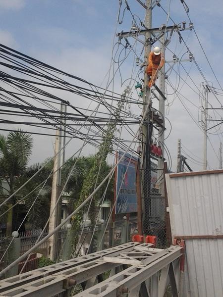 Ngành điện lực tháo dỡ dây điện để chuẩn bị cho công tác trục vớt