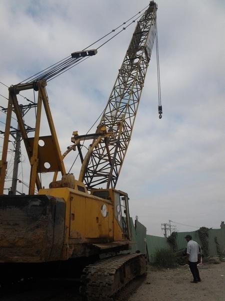 Cần cẩu dài 18m đã được lắp đặt sẵn, chuẩn bị cẩu xe tải và cầu gãy lên bờ