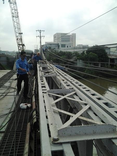 Ráo riết chuẩn bị trục vớt xe tải 60 tấn gây sập cầu
