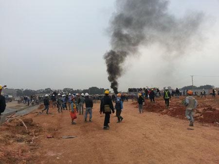 Hàng ngàn công nhân đốt xe máy (Ảnh: Như Quỳnh)
