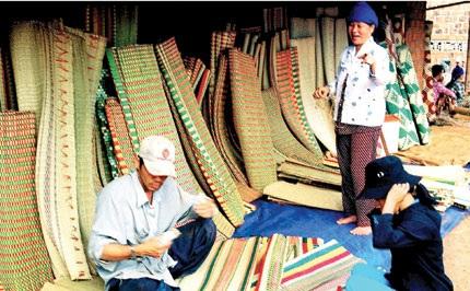 Người lao động nhận thưởng Tết bằng chiếu ở Nga Sơn, Thanh Hóa đã mang ra chợ bán. Ảnh: