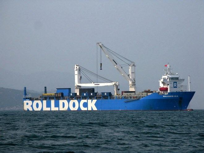 Tàu Rolldock Sea chở theo tàu Kilo neo đậu tại vịnh Cam Ranh. Ảnh: Tiên Minh/TTXVN