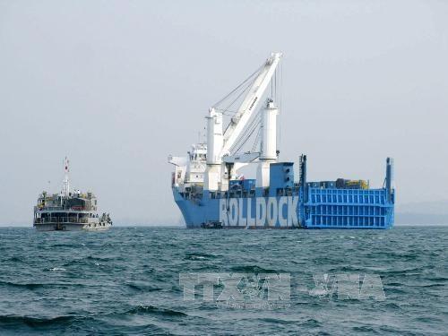 Tàu Hải quân Việt Nam tiếp cận tàu Rolldock Sea