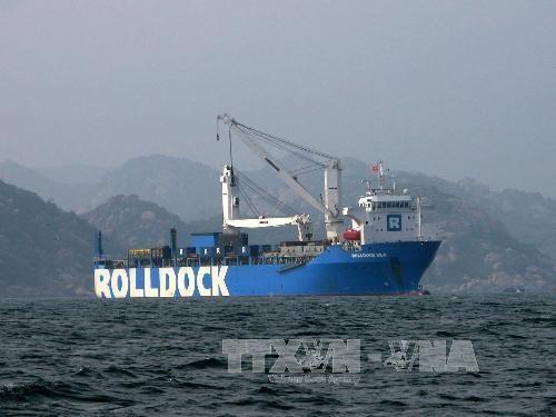 Tàu Rolldock Sea neo đậu tại vịnh Cam Ranh.
